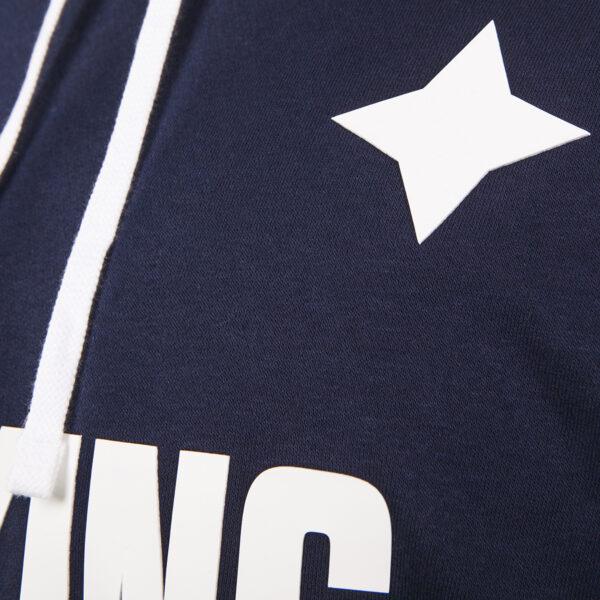 detaljbild på mörkblå hoodie med IFK Norrköpings stjärna och texten Peking
