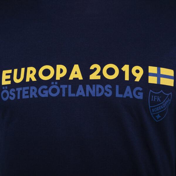 detaljbild mörkblå t-shirt med texten Östergötlands lag för Europa League 2019