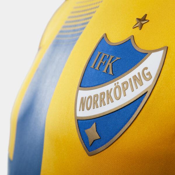 detaljbild klubbemblem på gul och blå t-shirt för Europa League 2019